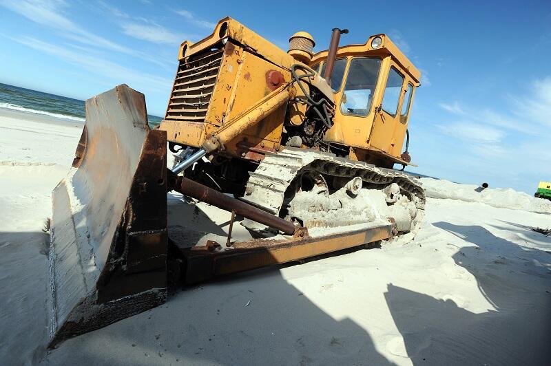 Ostatnia faza prac refulacyjnych to rozgarnięcie i wyprofilowanie piasku przez spycharki - Półwysep Helski