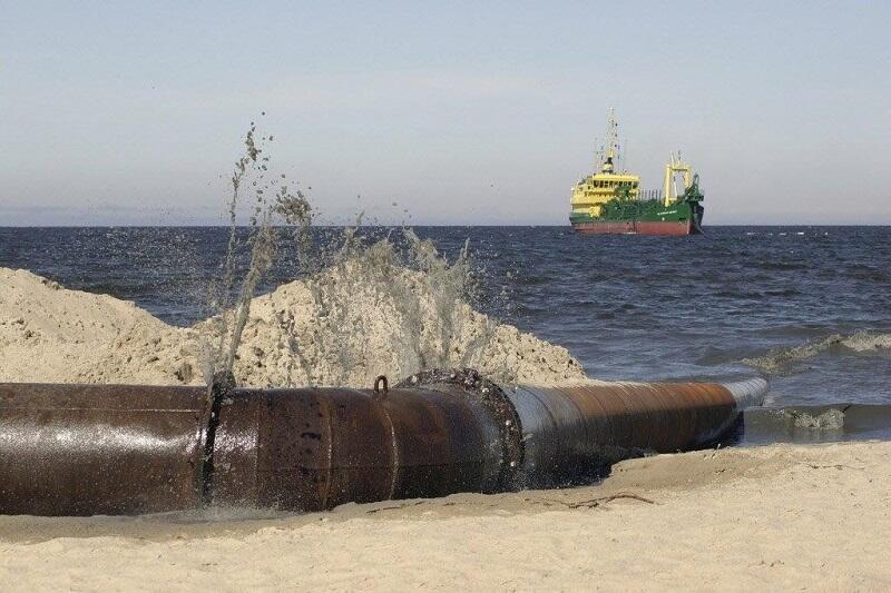 Refulacja polega na czerpaniu urobku z piaszczystego dna morskiego za pomocą pogłębiarek, który następnie pompowanany jest na plażę przez rurociąg pływający, nz. pompowanie urobku w Sopocie, 2005 r.