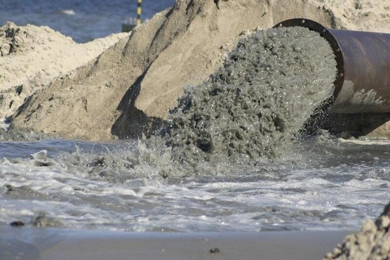 Urobek to mieszanka piasku i wody, stąd jego początkowo ciemna barwa. Po kilku dniach od naniesienia na plażę, zjaśnieje, ponieważ część wody odpłynie, a część odparuje