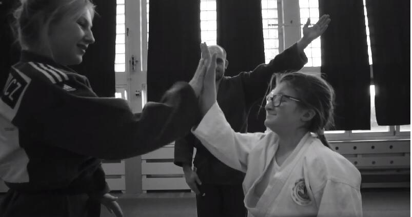 W filmie oglądamy drużynowe zawody judoczek i judoków, jest pełen prawdziwych emocji prosto z maty