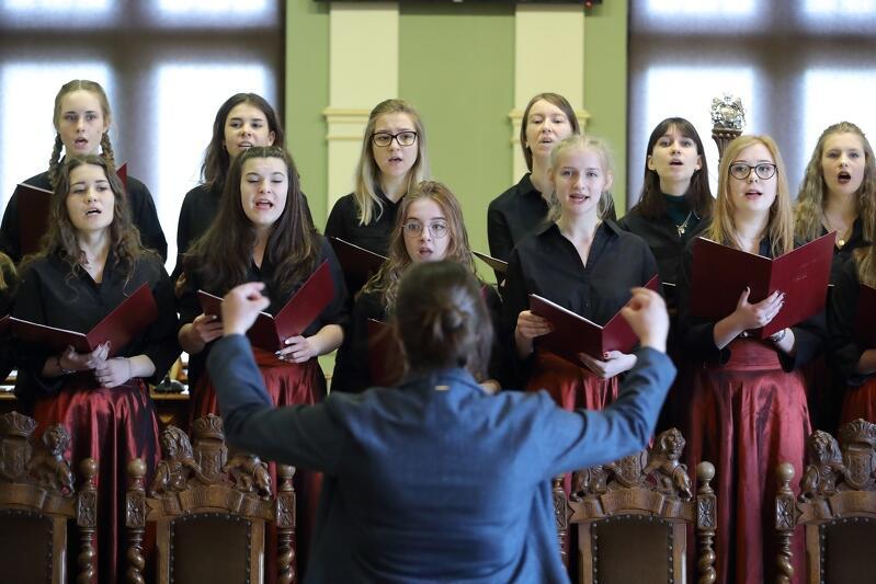 Trudno wyobrazić sobie lepsze rozpoczęcie gali niż występ uczniowskiego chóru z XIX LO. Młodzież dała wspaniały występ!