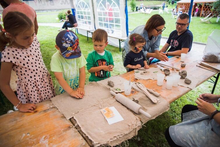 Mobilny Dom Kultury 2017. W Jasieniu dzieciaki z przejęciem lepiły, malowały, słuchały bajek, tworzyły zielniki