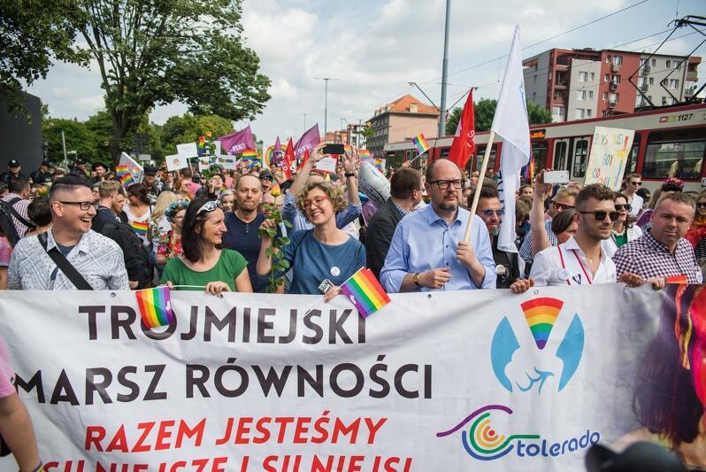 Paweł Adamowicz dołączył do Trójmiejskich Marszy Równości w 2017 roku. Nz. Prezydent Gdańska podczas marszy w roku 2018, po jego lewej stronie - Anna Strzałkowska, członkini Gdańskiej Rady ds. Równego Traktowania