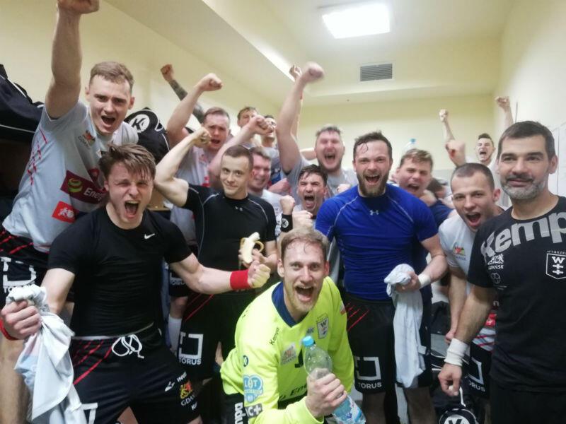 Radość piłkarze ręcznych Energa Wybrzeże po zwycięstwie w Mielcu