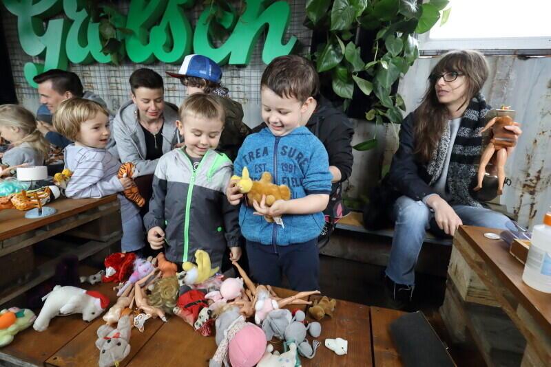 Ależ to była radocha dla najmłodszych! - Podczas warsztatów przygotowanych przez Reshtki ze starych zabawek tworzyły nowe - hybrydowe.
