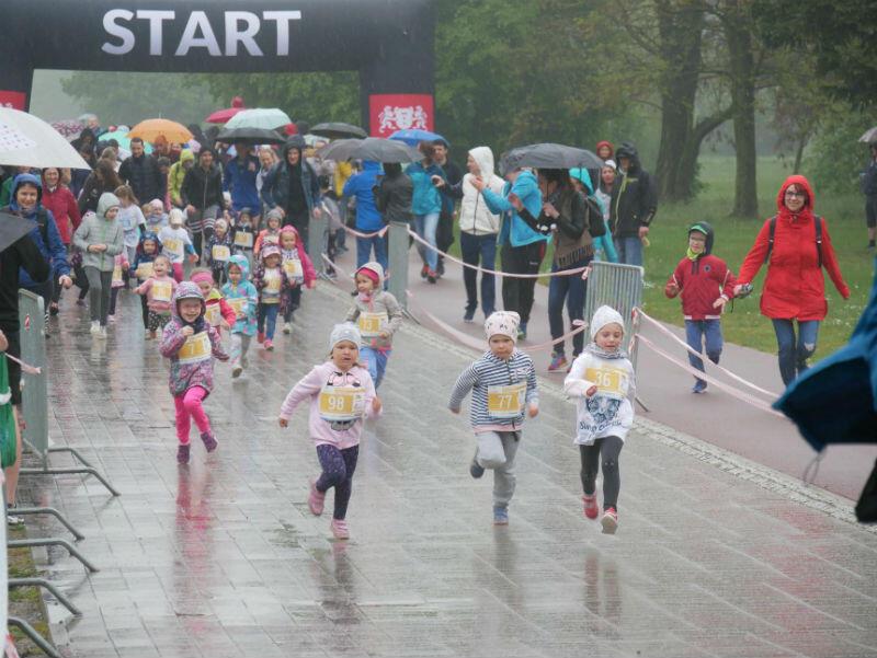 Dzieci mimo deszczu miały z biegania wiele radości