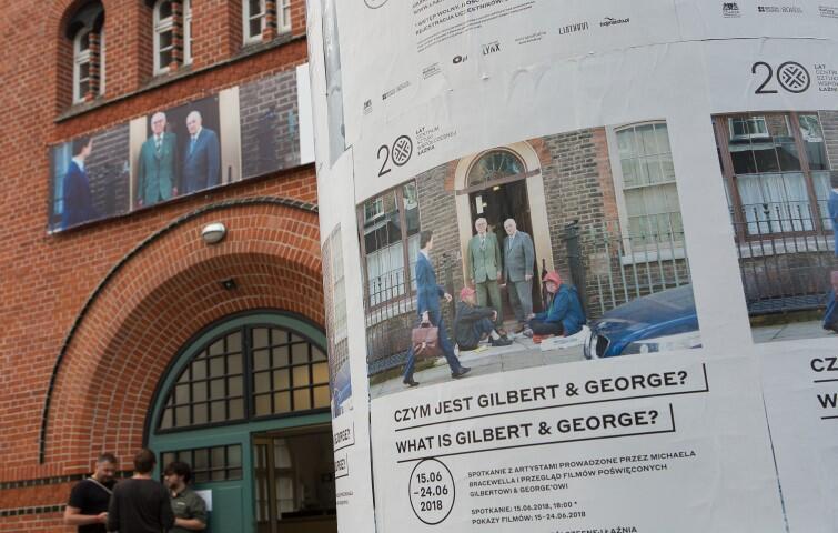 Słynny brytyjski duet artystów Gilbert&George odwiedził Gdańsk w czerwcu 2018 r. z okazji 50-lecia swojej działalności artystycznej i 20-lecia Łaźni. Na spotkaniu opowiadali o swoich zapatrywaniach na sztukę współczesną i jej dzisiejszych zadaniach