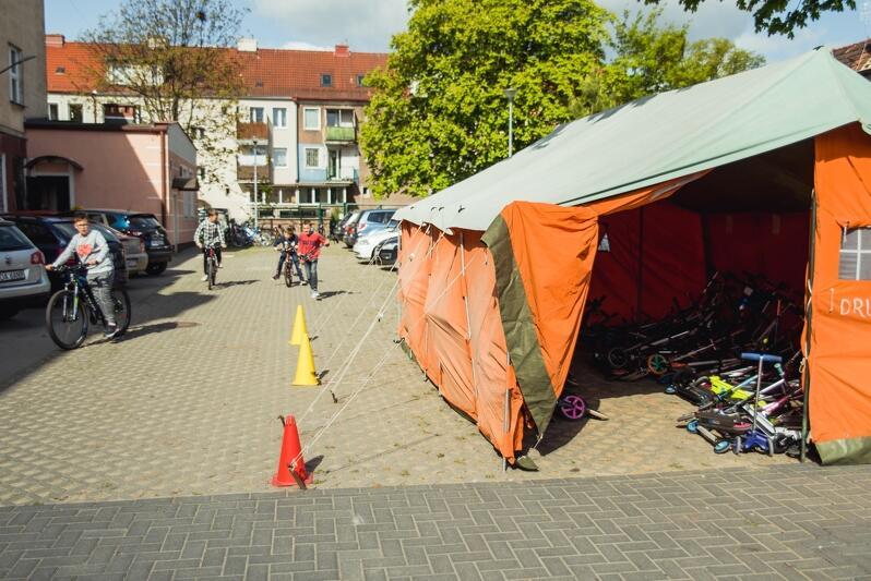 Specjalny namiot do przechowywania hulajnóg w Szkole Podstawowej nr 24 w Gdańsku - Rowerowy Maj`2019