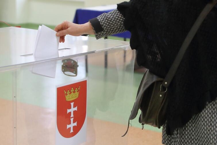 Osoby starsze i niepełnosprawne mogą zgłosić potrzebę dojazdu do lokalu wyborczego