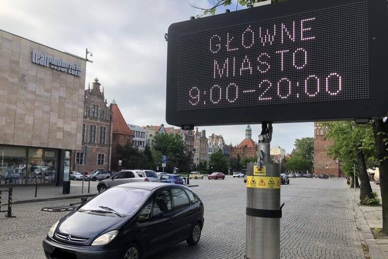 Na rogatkach Głównego Miasta postawiono już elektroniczne tablice, informujące o zbliżającej się zmianie w zasadach płatnego parkowania. Nz. wjazd na Targ Węglowy
