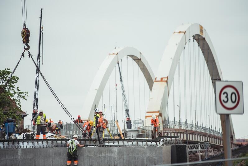 Na placu budowy nowego wiaduktu prowadzone są obecnie prace antykorozyjne i hydroizolacyjne