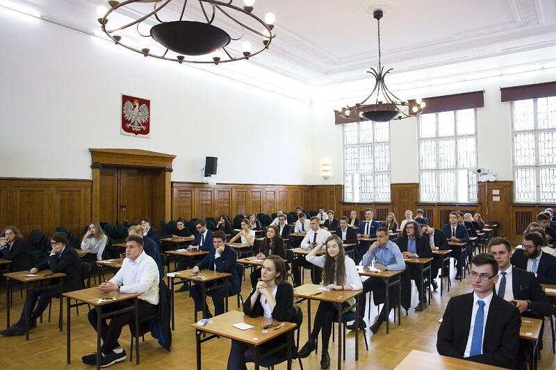 Matura`2017 w auli V Liceum Ogólnokształcącego w Gdańsku. Za trzy lata odbędzie się ostatnia w `starym` trybie nauki w liceach, za cztery - pierwsza w nowym trybie
