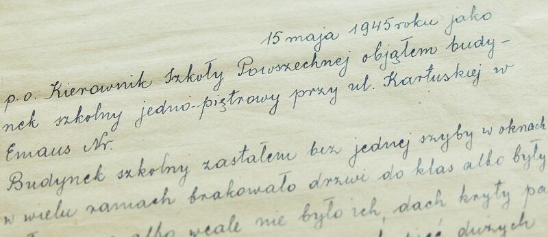 Pierwsze słowa z kroniki szkoły z 1945 r. nakreślił założyciel Szkoły Podstawowej nr 13 Bolesław Guteńko, nie jest to jednak jego pismo - nie wiadomo dziś kto, dawno temu przepisał jego słowa do `właściwej` kroniki Ósemki z kroniki nieistniejącej dziś SP nr 13