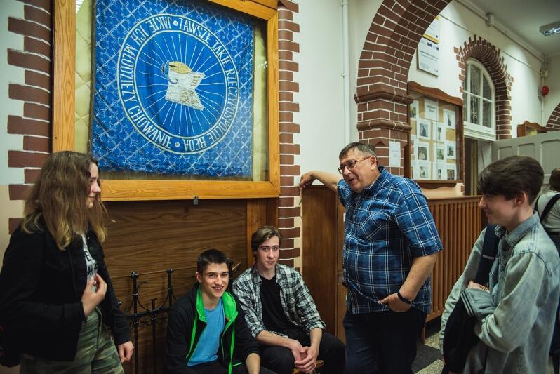 Romuald Cichocki z uczniami pod sztandarem liceum. Dyrektorem jest od 1990 roku, w 1984 zaczynał pracę w VIII LO jako polonista. Jest nauczycielem z najdłuższym stażem w Ósemce