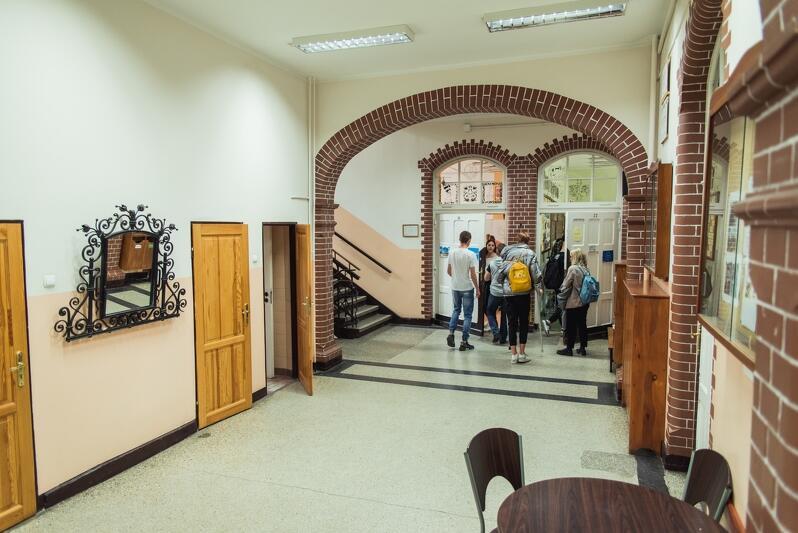 W sędziwym budynku brakuje trochę przestrzeni, jak mówi dyrektor - składa się z sal i schodów