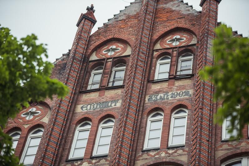 `Zbudowano w 1902 roku` zaświadcza napis na fasadzie VIII LO ozdobionej wieżyczkami. Zabytkowy budynek przypadł do gustu także rodzinie pustułek, która od lat wije gniazdo w niedostępnych załomach i spędza tu okres lęgowy