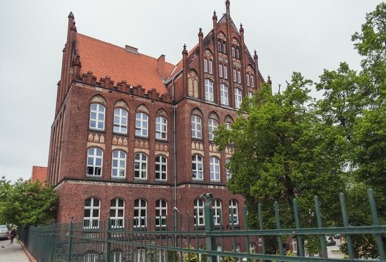 VIII Liceum Ogólnokształcące w Gdańsku dziś mieści się przy ul. Kartuskiej 128, ale historia szkoły rozpoczęła się w innym budynku