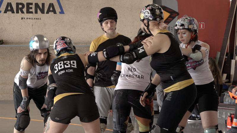 Roller Derby to sport wymyślony przez kobiety dla kobiet. Mężczyźni, choć jest ich mniej w drużynach wrotkarskich, jak widać na zdjęciu, też złapali bakcyla:)
