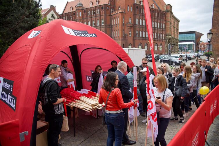 Flagi wręczali prezydent Gdańska Aleksandra Dulkiewicz, zastępca prezydenta ds. edukacji i usług społecznych Piotr Kowalczuk oraz radna Kamila Błaszczyk