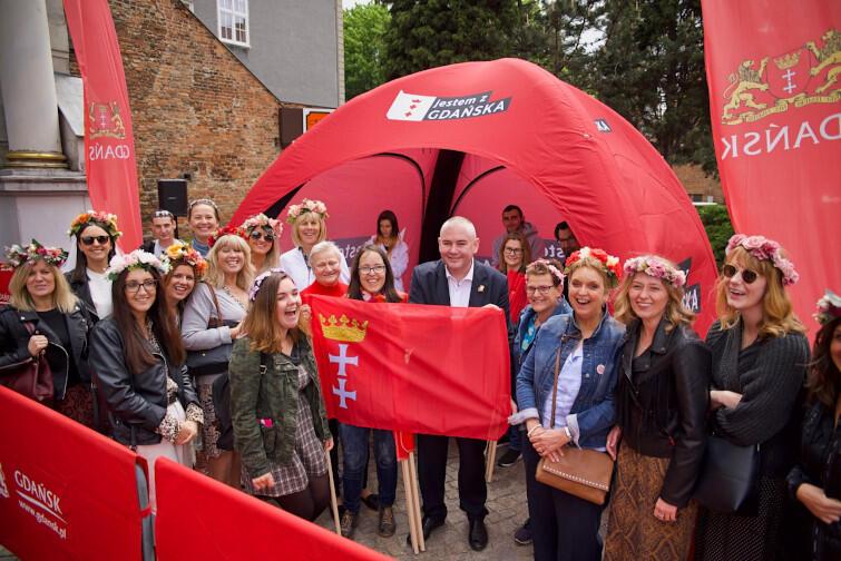 Piotr Kowalczuk z zagranicznymi gośćmi, którzy także przyjechali odebrać flagi, by wspólnie celebrować Święto Miasta