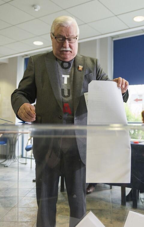 Lech Wałęsa przy urnie. Głosował na Wydziale Prawa i Administracji Uniwersytetu Gdańskiego