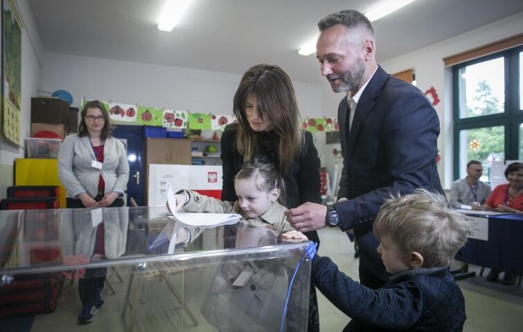 Jarosław Wałęsa z rodziną głosował w Szkole Podstawowej nr 85 w Jasieniu