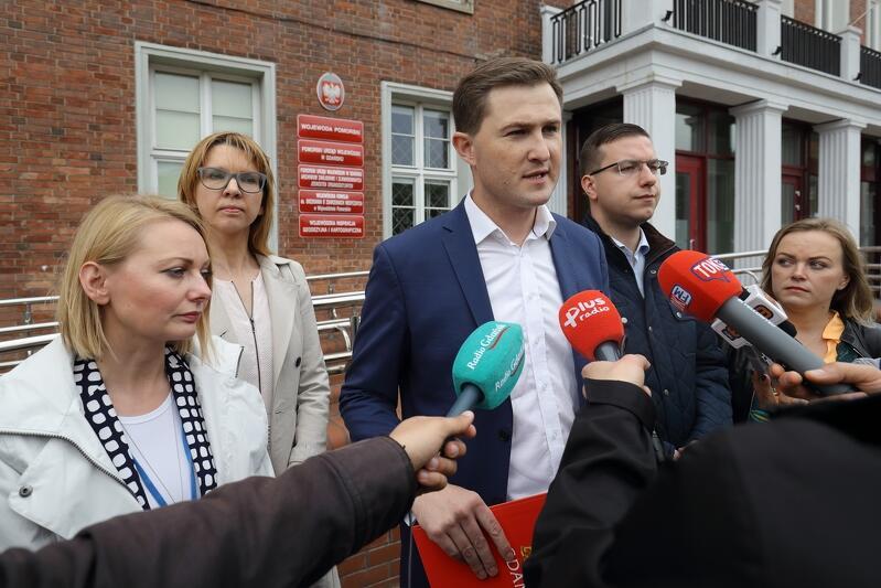 Piotr Grzelak, zastępca prezydenta ds. zrównoważonego rozwoju podkreślił, że ustawa, która do tej pory była bardzo liberalna w stosunku do planowania przestrzennego dzisiaj, po zmianach wprowadzanych po cichu, może jeszcze bardziej ułatwić realizację inwestycji, które nie spełniają przyjętych przez Miasto Gdańsk standardów urbanistycznych