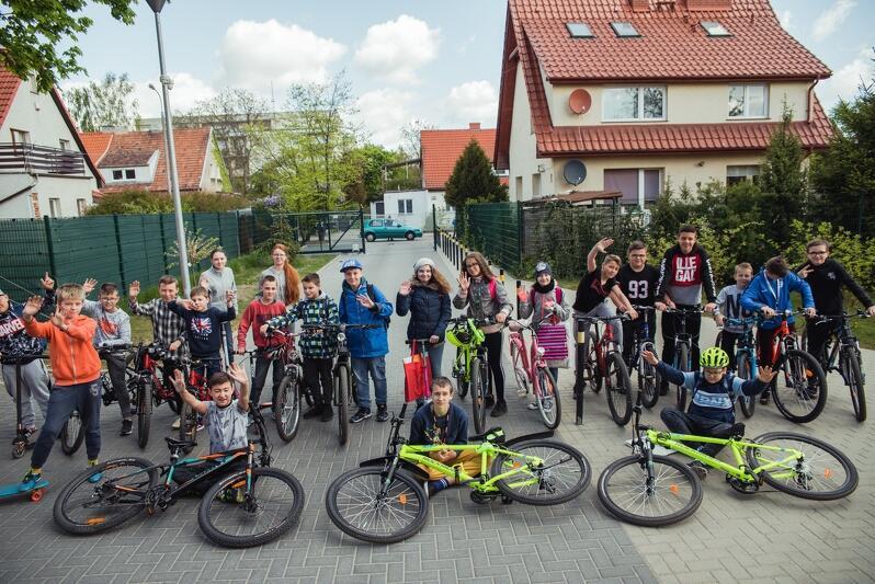 Uczestnicy Rowerowego Maja ze SP nr 24 przy ulicy Lili Wenedy w Gdańsku