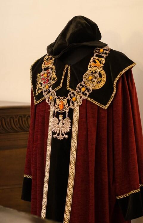 Urzędowy strój i łańcuch prezydenta Adamowicza