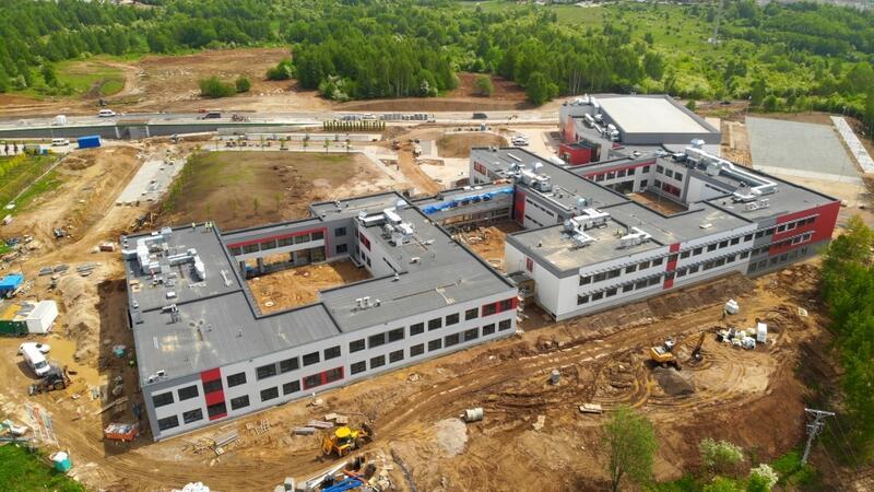 Na placu budowy szkoły przy ul. Jabłoniowej trwają już prace wykończeniowe