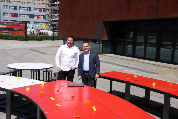 Ogromny biało-czerwony okrągły stół w czwartek, 30 maja, stanął przed Europejskim Centrum Solidarności. Do dyspozycji mieszkańców i turystów będzie od 1 czerwca - wtedy w Gdańsku rozpoczynają się obchody Święta Wolności i Solidarności