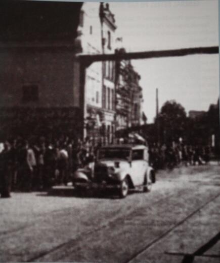 Pierwszy samochód, który przejechał po zbudowanym moście, prowadzony był przez komendanta policji Fröbossa