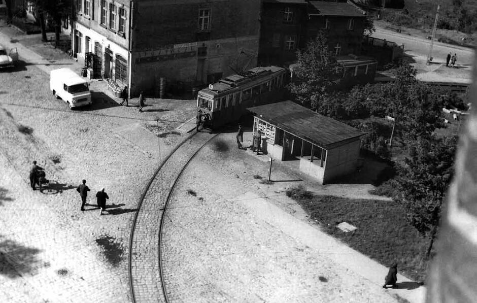 """Pętla z przystankiem i poczekalnią przy ulicy Gościnnej pojawiła się w 1951 roku, obecnie mamy tu Skwer im. Danuty Siedzikówny """"Inki""""; 1970"""