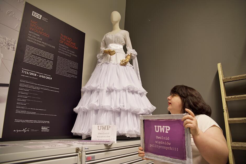 W archiwum ECS można zobaczyć rekonstrukcję sukni wykonanej z sitodruku, która oryginalnie powstała w połowie lat 80.
