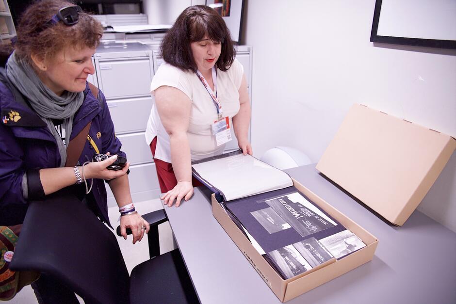 Po magazynach archiwalnych oprowadza m.in. Iwona Kwiatkowska z Działu Archiwum i Organizacji Wystaw ECS (z prawej)
