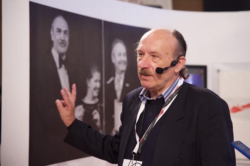 Jerzy Kośnik, fotoreporter i artysta fotografik oprowadza zwiedzających