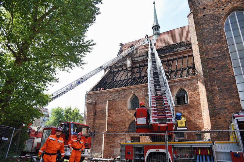 Pożar już ugaszony, ale strażacy zabezpieczają dach kościoła