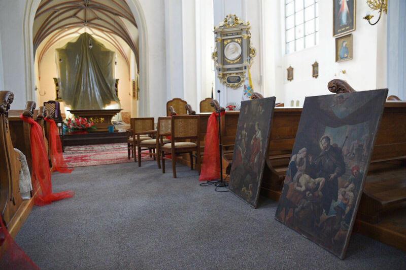 Cenniejsze obrazy zostały przeniesione w suchą część kościoła, w tle ołtarz zabezpieczony folią