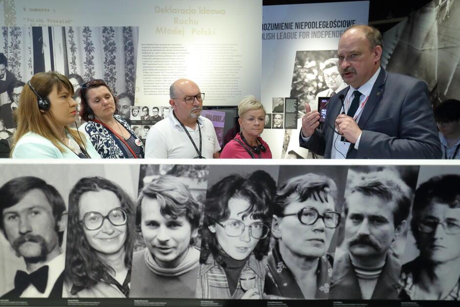 Prof. Wojciech Polak wcielił się w rolę przewodnika po wystawie stałej ECS