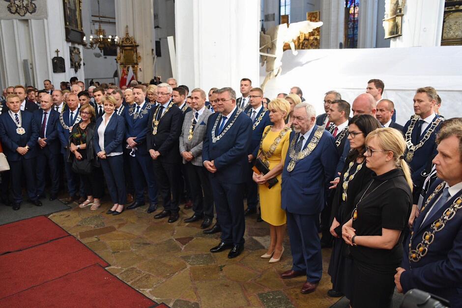 Po zakończeniu ostatniej modlitwy samorządowcy z całego kraju udali do miejsca, gdzie znajduje się urna z prochami prezydenta Pawła Adamowicza