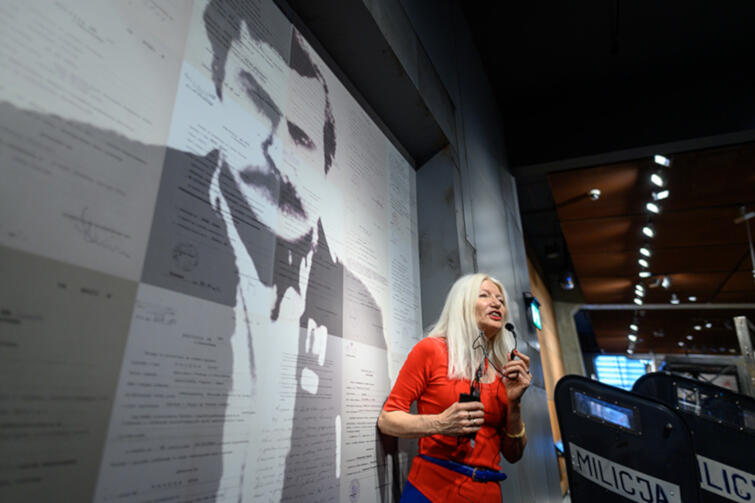 Małgorzata Niezabitowska jako jeden ze świadków historii oprowadzała zwiedzających po wystawie stałej Europejskiego Centrum Solidarności
