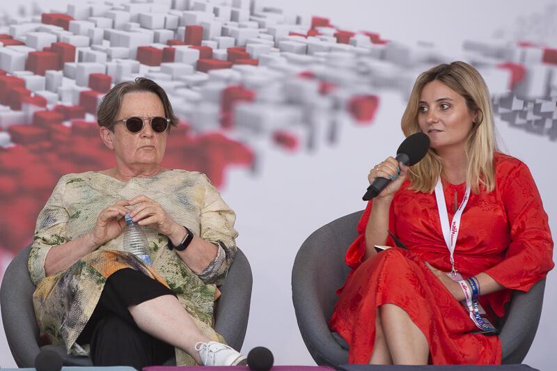 Agnieszka Holland i Maia Mazurkiewicz. Goście debaty byli zgodni: tylko jakościowe i niezależne dziennikarstwo jest lekarstwem na dezinformację