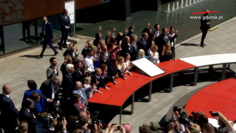 Wspólne zdjęcie osób, które podpisały się pod Gdańską Deklaracją Wolności i Solidarności