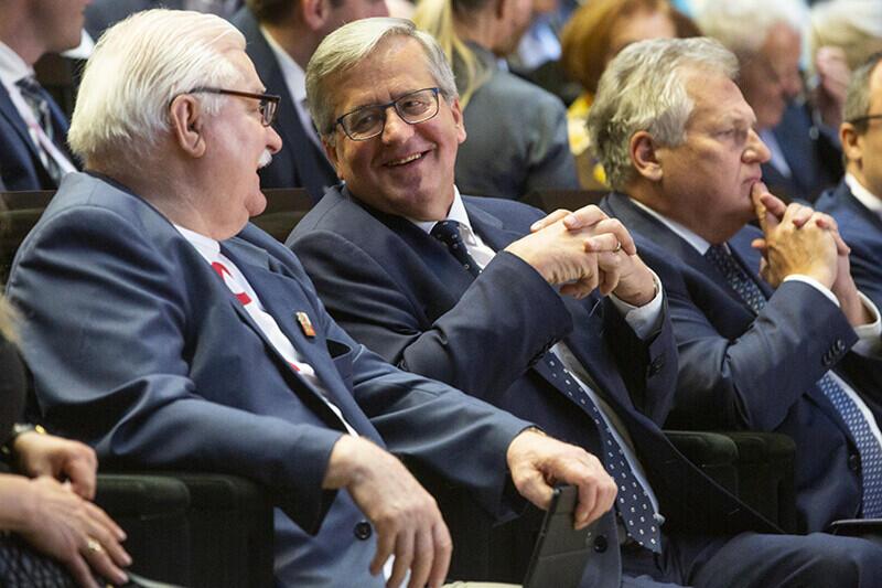 Siedzą razem, od lewej: Lech Wałęsa, Bronisław Komorowski, Aleksander Kwasniewski
