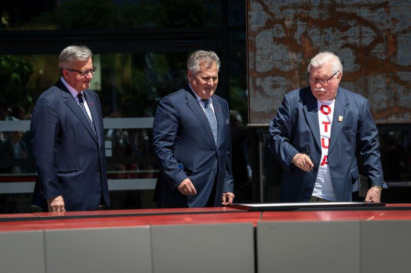 Jako pierwsi Deklarację Wolności i Solidarności podpisali byli prezydenci: Lech Wałęsa (pierwszy z prawej), Aleksander Kwaśniewski (w środku) i Bronisław Komorowski