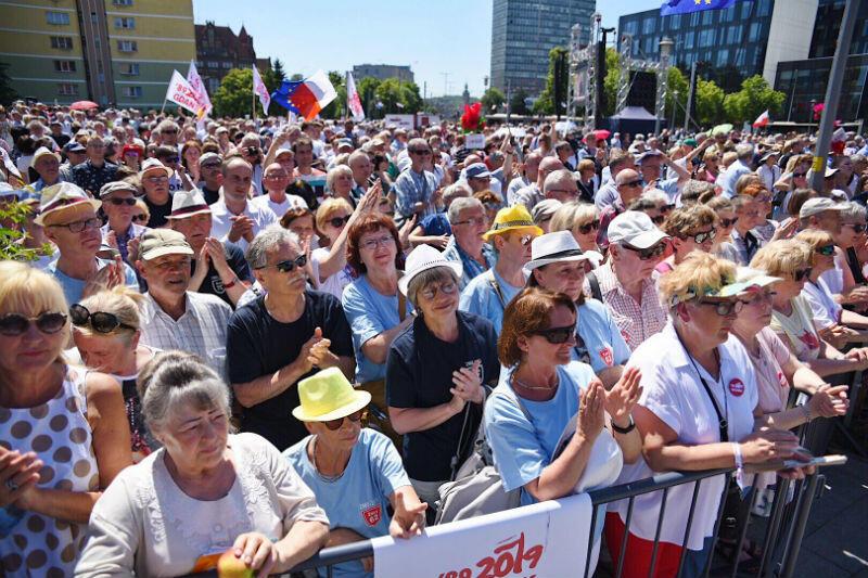 Tłum przed Europejskim Centrum Solidarności