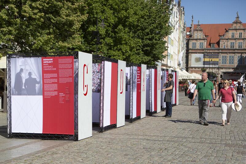 """Poświęcona prezydentowi Pawłowi Adamowiczowi wystawa plenerowa """"Budowanie Wspólnoty"""" stanęła na Długim Targu"""