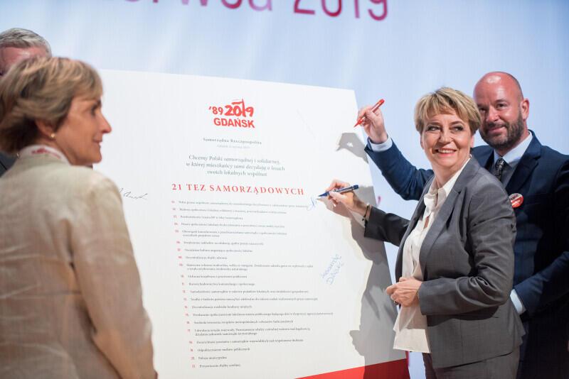 Samorządowcy podpisują 21 tez dla Polski
