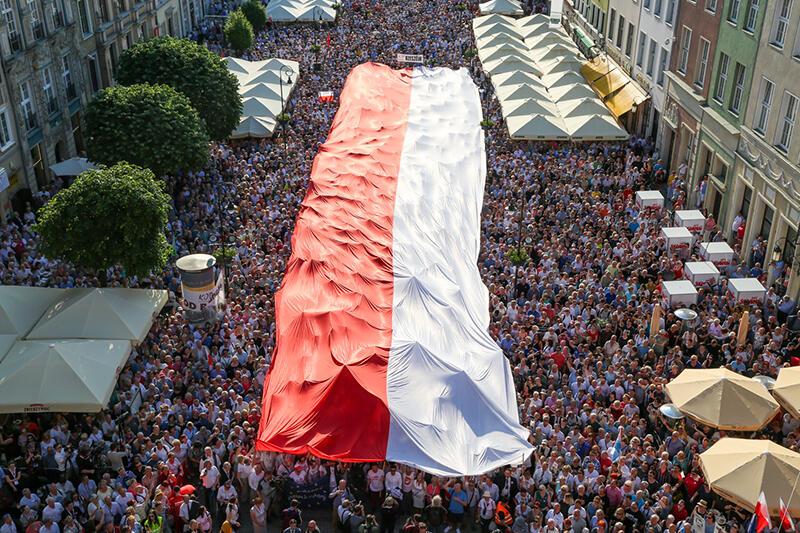 Wielka flaga Polski na Długim Targu