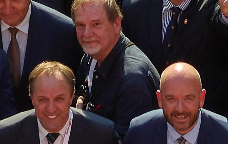 W dolnym rzędzie, od lewej: Mieczysław Struk (marszałek województwa pomorskiego) i Jacek Sutryk (prezydent Wrocławia). Powyżej, między nimi - światowej sławy fotografik Chris Niedenthal